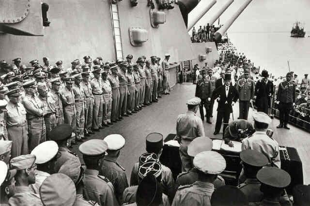 Japanese Surrender on Board the U.S.S. Missouri in Tokyo Bay, September 2, 1945 (Life Magazine/Time Warner Inc.)<br/>